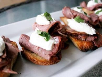 Crostini With Steak And Horseradish Cream Recipe — Dishmaps